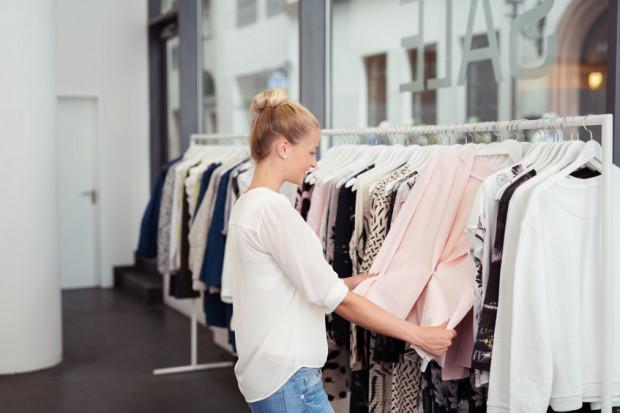 Niektórzy mówią wprost, że nigdy nie przyszło im do głowy, aby wrzucić do pralki nowy zakup, bo to właśnie pierwsze założenie nowej koszulki czy spodni bywa najprzyjemniejsze.