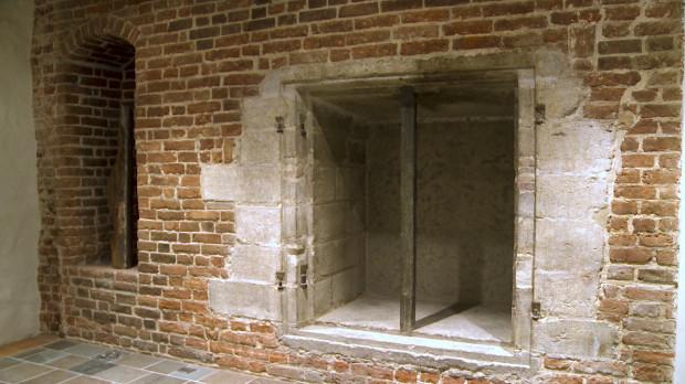 Po lewej stronie zdjęcia widoczna nisza, w której wyeksponowano najstarszą zachowaną belkę stropową w Gdańsku. Po prawej stronie znajduje się natomiast dawny skarbiec Komory Palowej.