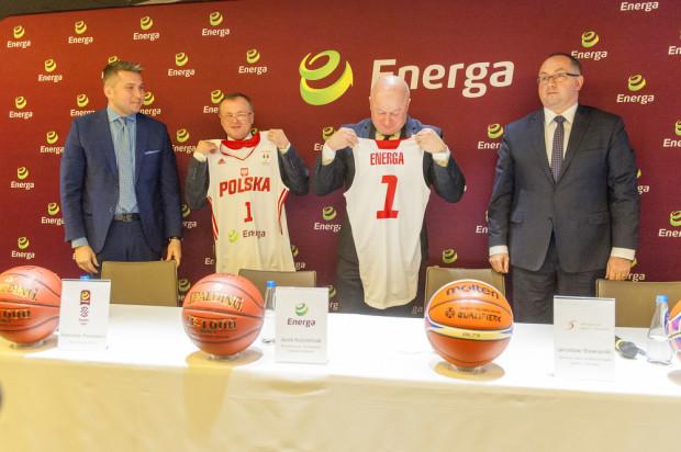 Energa przez dwa sezony będzie sponsorem strategicznym reprezentacji Polski koszykarzy i koszykarek. Na zdjęciu przedstawiciele Grupy Energa oraz Polskiego Związku Koszykówki podczas uroczystego podpisania umowy.