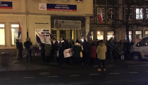 Protestujący przed biurami poselskimi Prawa i Sprawiedliwości.