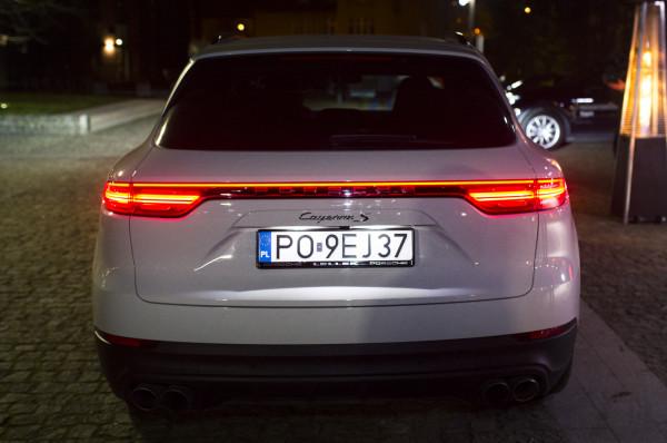 Projektanci Porsche przeprojektowali pas tylny nowego Cayenne.