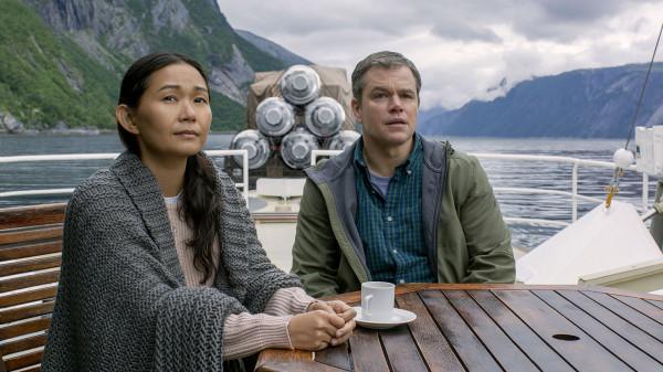 """W natłoku scenariuszowych wpadek i reżyserskich szarż swoją robotę bez zarzutu wykonują aktorzy na czele z Mattem Damonem i Hong Chau. W sukurs idą autorzy zdjęć i scenografii. Nawet Alexandra Payne'a stać na ironię i cynizm, które bardzo cenią sobie fani jego dotychczasowych dzieł. """"Pomniejszenie"""" z pewnością nie będzie należeć do jego najwybitniejszych produkcji."""