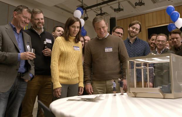Paul Safranek (Matt Damon) i jego żona Audrey (Kristen Wiig) decydują się na kontrowersyjną metodę pomniejszania. Chcą w ten sposób uciec od problemów codzienności i dać sobie szansę na nowy początek. Proekologiczna kwestia dbałości o przeludnioną planetę wydaje się być drugorzędna.