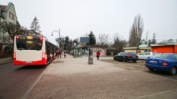 Projekt planu dopuszcza przeniesienie na teren pętli tramwajowej przystanków autobusowych celem utworzenia przesiadek drzwi-w-drzwi wzorem innych węzłów komunikacji miejskiej w Gdańsku.