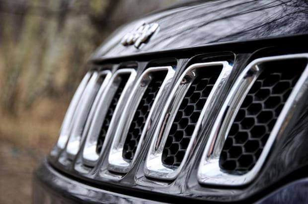 Siedmioszczelinowa atrapa chłodnicy - znak rozpoznawczy Jeepa.