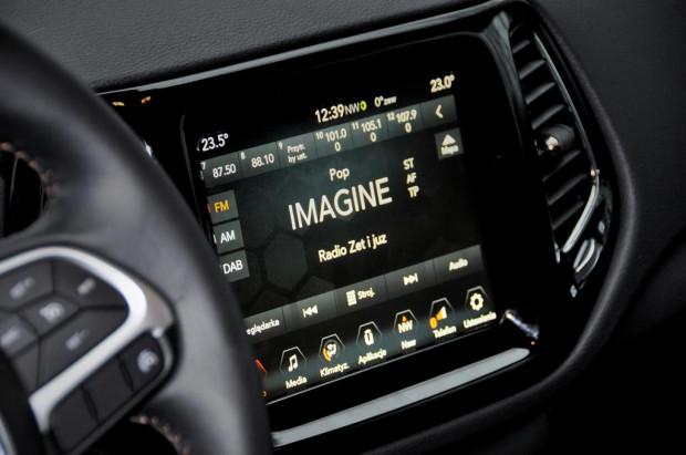Ekran z systemem multimedialnym.