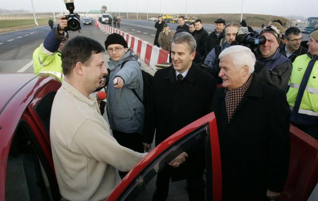 Rusocin 22. grudnia 2007 r. Otwarcie odcinka autostrady A1 Rusocin - Swarożyn. Na zdjęciu minister infrastruktury Cezary Grabarczyk i ówczesny marszałek pomorski Jan Kozłowski gratulują pierwszym kierowcom.