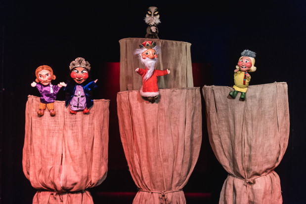 Uwagę dzieci przyciągają liczne lalki - pacynki z drewnianymi buźkami (aktywnie biorące udział w akcji) oraz trzymane na kijku nieruchome kukiełki, stanowiące elementy scenografii lub trofea do zdobycia.