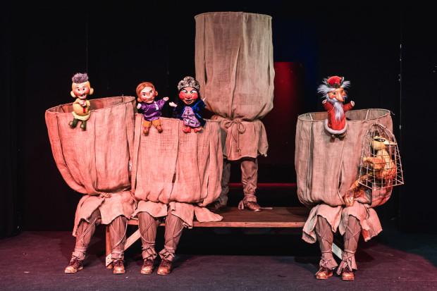 """Spektakl """"Iwan - carski syn"""" nawiązuje do tradycji skomorochów, średniowiecznych aktorów wędrownych, którzy za pomocą kukiełek i śpiewu bawili publiczność opowieściami. Wszyscy aktorzy gdyńskiego spektaklu ukryci są za workowatymi parawanami w kształcie kosza."""