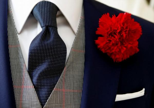 Czerwony lub biały goździk idealnie dopełni oficjalnej stylizacji. Sprawdzi się zwłaszcza podczas ślubu.