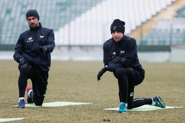 Ariel Borysiuk (z prawej) podpisał z Lechią kontrakt na 3,5 roku. Treningi w Gdańsku podejmie we wtorek. Nie spotka na nich raczej Grzegorza Kuświka (z lewej), który jest coraz bliżej Pogoni Szczecin.