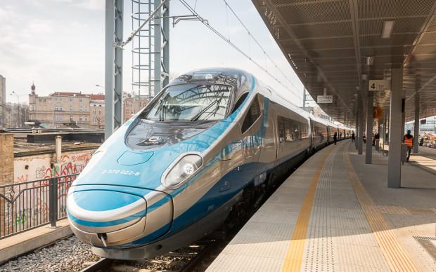 Pociągi Pendolino eksploatowane są w Polsce od grudnia 2014 r. Koszt zakupu jednego pociągu wyniósł ok. 20 mln euro.