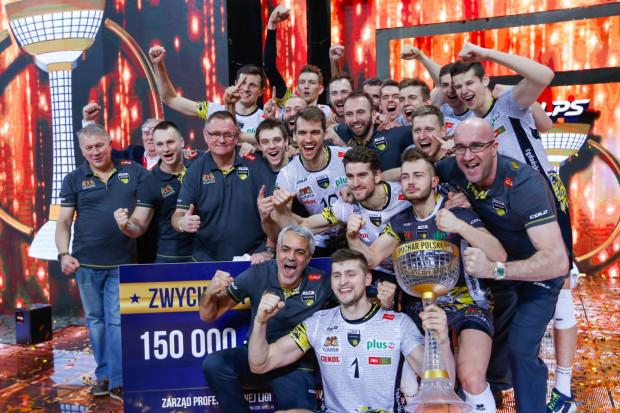 Radość siatkarzy Trefla po zdobyciu Pucharu Polski. Dla gdańskiego klubu to drugie takie trofeum w historii. Po pierwsze sięgnęli w 2015 roku.