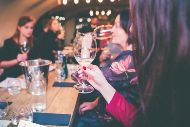 """W ramach cyklu """"Winna środa"""" w restauracji Rada Miasta w Gdańsku odbyła się degustacja w ciemno. Spróbowano pięciu win musujących."""