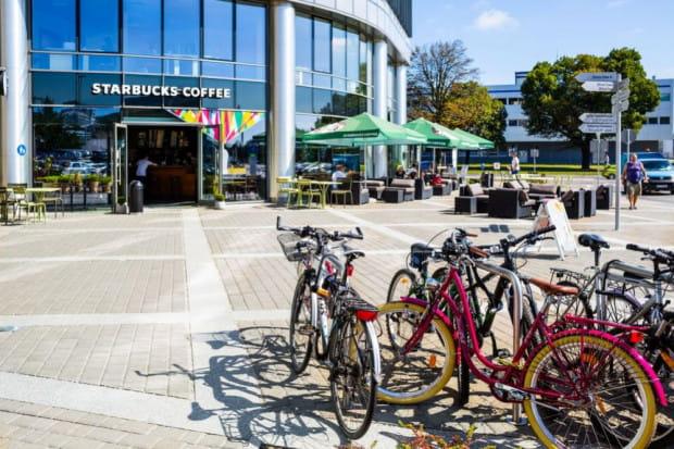 Dzisiaj każdy kompleks biurowy posiada miejsca do parkowania rowerów, a pracowników korzystających z tej formy dojazdu do pracy wciąż przybywa.