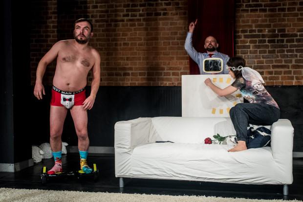 Pan Młody (Radosław Smużny) pojawia się na scenie na elektrycznej deskorolce, w samych slipach i z miejsca staje się motorem napędowym całego spektaklu.