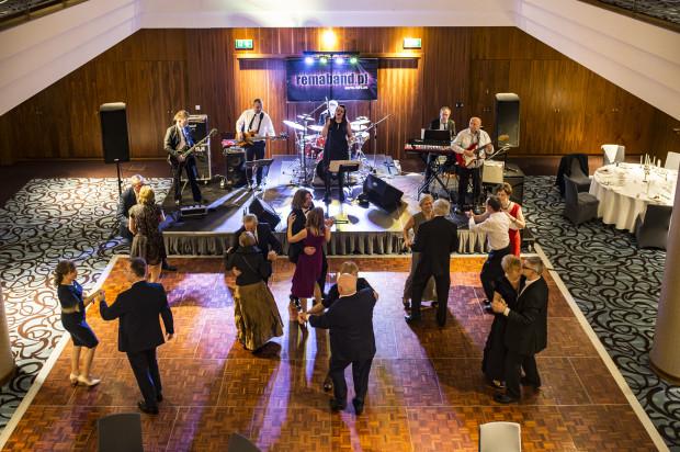 Szósty bal charytatywny odbył się w hotelu Sheraton w Sopocie. Goście mieli dwa zadania tego wieczoru: dobrze się bawić i wspomóc podopiecznych Domu Hospicyjnego Caritas im. św. Józefa w Sopocie.