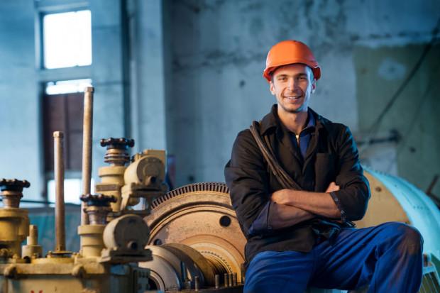 Pracodawca, chcąc powierzyć pracownikowi pracę w innych godzinach, niż to wynika z ustalonego rozkładu czasu pracy, powinien najpierw dokonać zmiany regulaminu pracy.