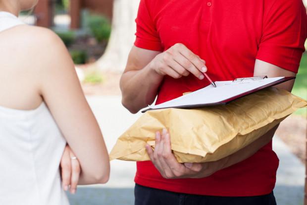 Pracodawca nie może rozwiązać umowy o pracę czytelnika, dopóki przebywa on na zwolnieniu lekarskim, a więc gdy jego nieobecność  w pracy jest usprawiedliwiona.