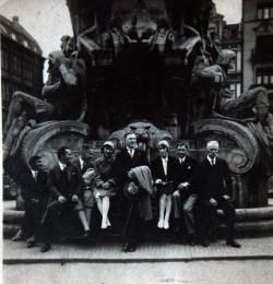 Grupa Rosjan z tzw. Kolonii Gdańskiej przy pomniku Zwycięstw Niemieckich na Targu Drzewnym w Gdańsku, lata 30. XX wieku. Dziś w tym miejscu stoi pomnik króla Jana III Sobieskiego.