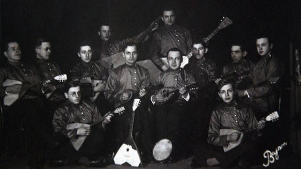 Zespół muzyczny mniejszości rosyjskiej. Fotografię prawdopodobnie wykonano w Gdańsku, na początku lat 30.