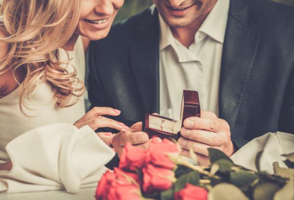 Walentynki to jeden z najromantyczniejszych dni w ciągu roku. Warto pomyśleć, czy nie jest to odpowiedni moment na zaręczyny.