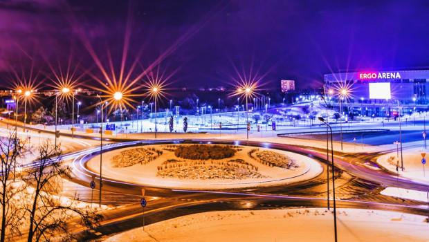 Rondo przy Ergo Arenie na granicy Gdańska i Sopotu, po zapadnięciu zmroku. To na nim stanie rzeźba, której projekt zostanie wyłoniony w rozpoczynającym się właśnie konkursie.