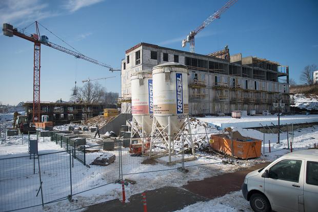 """Budowa osiedla Lawendowe Wzgórze. Tu opóźniania dotyczą budynków D1 i D2. Zgodnie z oświadczeniem dewelopera na budowie już jest """"ruch""""."""