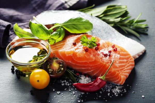 W diecie dobrej dla mózgu na stałe powinny zagościć tłuste morskie ryby, m.in. łosoś.