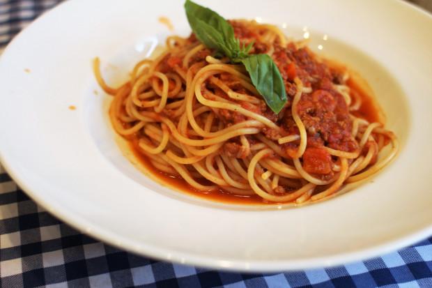Spaghetti bolognese - ragout wołowo-wieprzowe z warzywami.