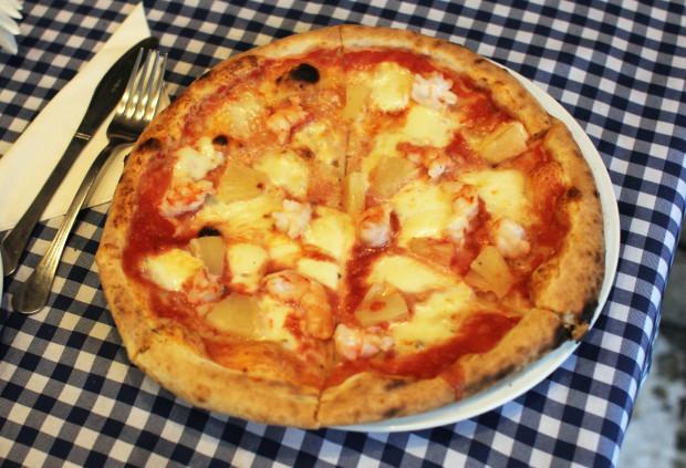Pizza Pazza - sos pomidorowy, krewetki, ananas, mozzarella.