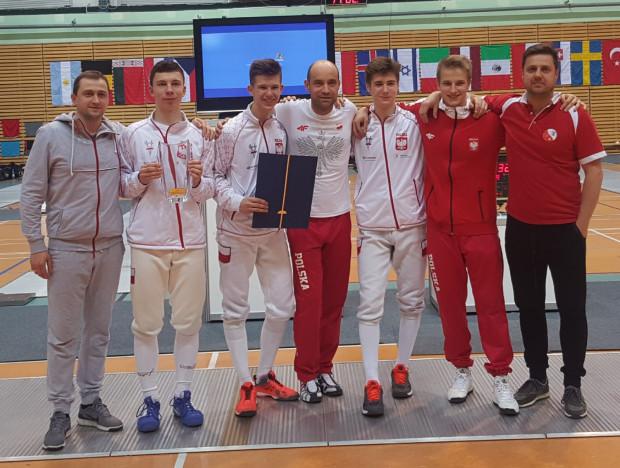 Złota Drużyna reprezentacji Polski juniorów młodszych wraz z trenerami.