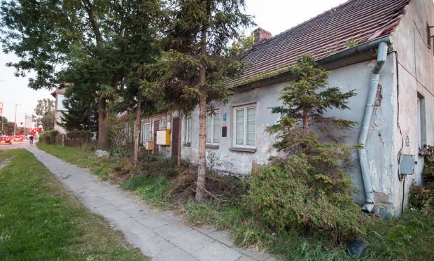 Zamurowane okna w budynku przy al. Grunwaldzkiej w pobliżu ul. Nadwodnej.