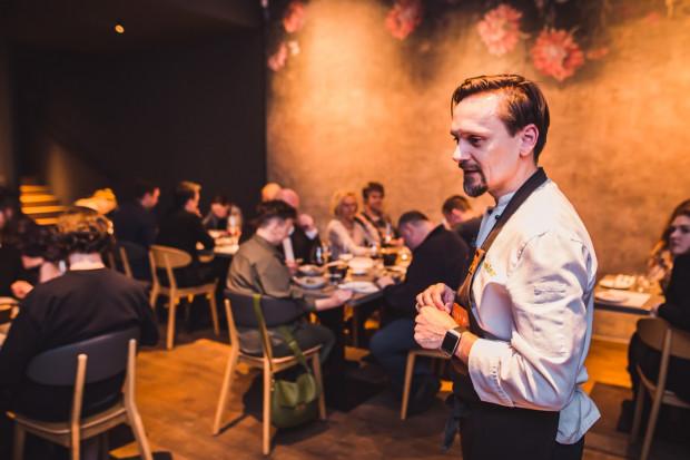 Piątkowa kolacja degustacyjna odbyła się w Sztuczka Bistro w Sopocie. Przed każdym daniem poszczególni szefowie kuchni opowiadali o swojej propozycji. Na zdjęciu: Paweł Wątor.