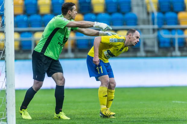 Rafał Siemaszko (nr 11) ostatniego gola w ekstraklasie strzelił 7 grudnia w Kielcach, a na trafienie w Gdyni czeka od 22 października. Jakub Szmatuła (z lewej) nie wydaje się być łatwym przeciwnikiem, gdyż nie skapitulował tej wiosny od ponad 200 minut.