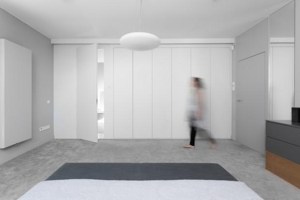 Powierzchnia garderoby ukryta w ścianie to dobre rozwiązanie w przypadku szaf.