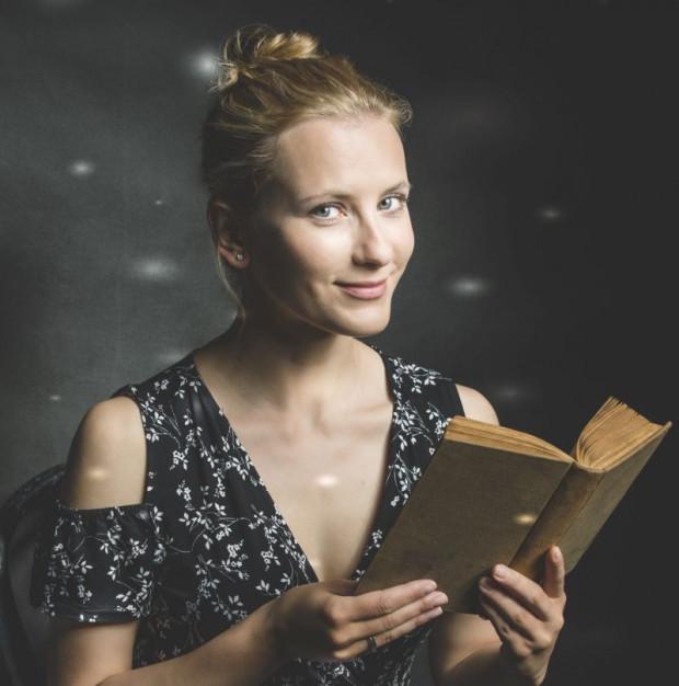 """Anna Włodarczyk: """"Retro Kuchnia"""" to zbiór opowieści o kuchni sprzed stu lat, okraszony przepisami kulinarnymi. Książkę zbudowałam według schematu, w jakim tworzono stare pozycje kucharskie."""