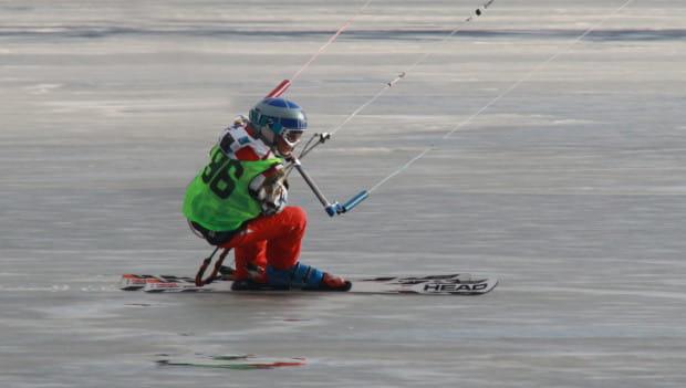 Do zimowej odmiany kitesurfingu potrzebujemy zamarzniętej tafli wody lub przysypanej śniegiem polany