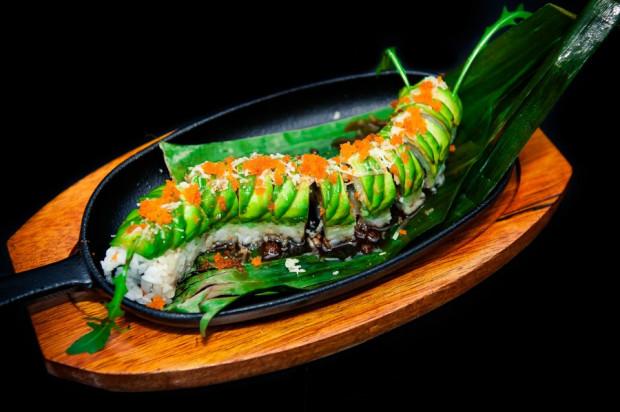 Na chłodne dni idealnie sprawdzi się Ura Maki na gorąco z dwiema chrupiącymi krewetkami królewskimi, w tempurze, z awokado i ikrą Masago, obłożone awokado, z sosami chili i kabayaki.