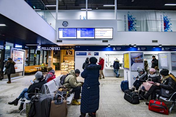 Kasy biletowe, poczekalnia i punkt informacyjny nie czynią z kompleksu Sopot Centrum dworca.