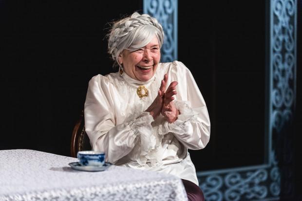 Babcia Anna to prawdziwa psotnica i najbardziej zaskakująca bohaterka sztuki Piotra Gładilina. W spektaklu Centrum Kultury w Gdyni udanie wciela się w nią Tomira Kowalik.
