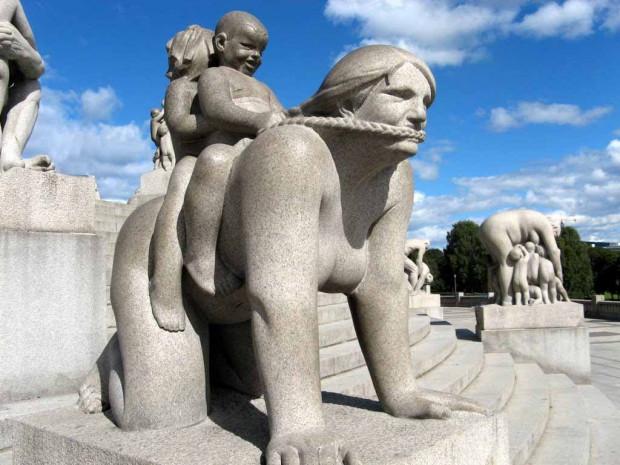 Jedna z rzeźb Gustava Vigelanda w Parku Vigelanda w Oslo. W parku znajduje się 212 rzeźb z kamienia i brązu.