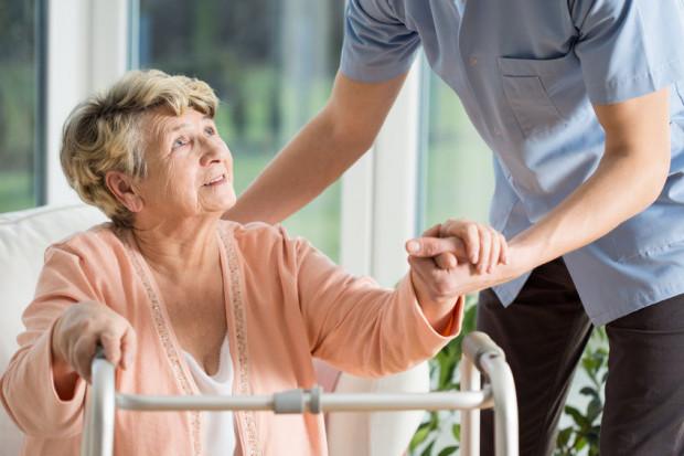 Zasiłek opiekuńczy nie przysługuje, jeżeli poza ubezpieczonym są inni członkowie rodziny pozostający we wspólnym gospodarstwie domowym, mogący zapewnić opiekę choremu członkowi rodziny.