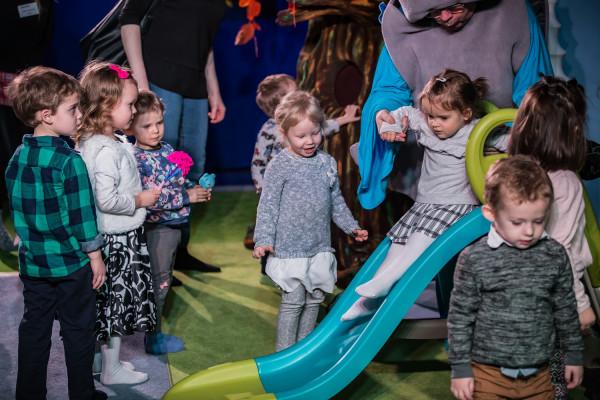 Spektakl kończy wspólna zabawa aktorów z dziećmi.