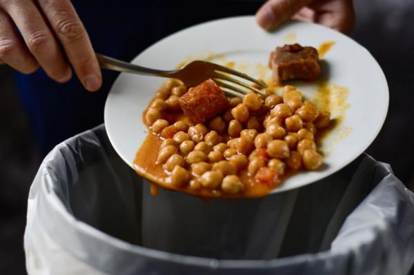 Zamiast wyrzucać resztki, można je przetworzyć. Nadmiar zupy czy gulaszu możemy spasteryzować albo zamrozić i zjeść kiedy indziej.