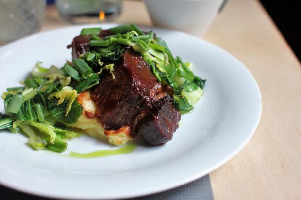 Żebro wołowe ze śliwką, ziemniakiem i kapustą.