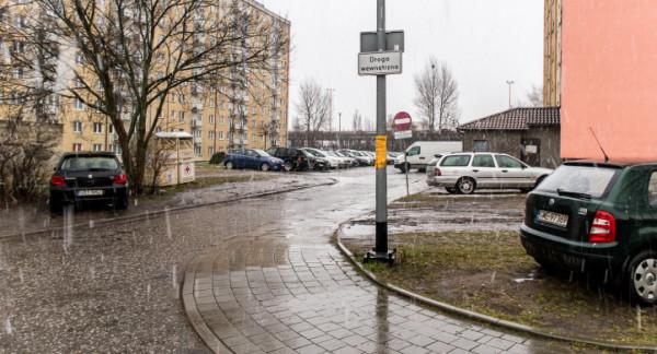 Tabliczki z informacją o drogach wewnętrznych mają dać szansę m.in. na zaparkowanie większej liczby aut.