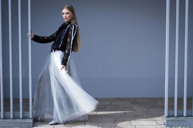 Jeżeli decydujemy się na uszycie sukni wieczorowej, to możemy pokusić się o połączenie modowych inspiracji z naszym własnym stylem.