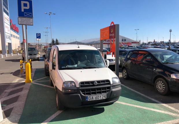 """""""Zwykły"""" samochód na miejscu przeznaczonym do ładowania aut elektrycznych. To niestety częsty obrazek."""