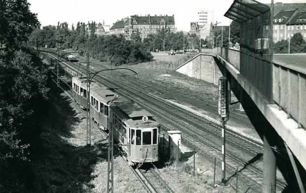 Linia tramwajowa pod wiaduktem Biskupia Górka. Zdjęcie z końca lat 60. Widać także pozostałości po dawnym przystanku Gdańsk Biskupia Górka.